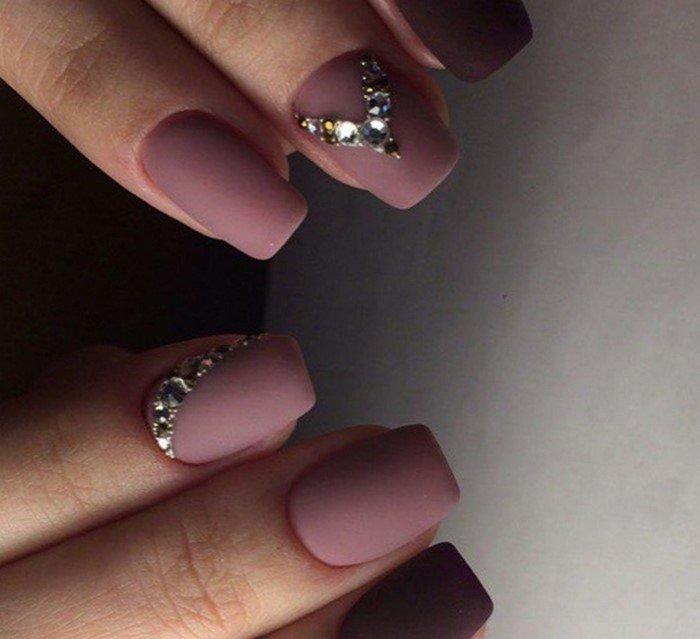 матовые телесные ногти с лункой из страз