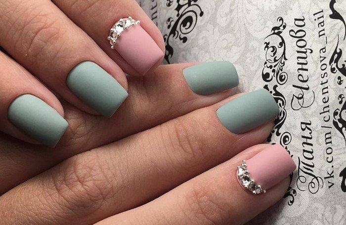 розовые матовые ногти со стразами