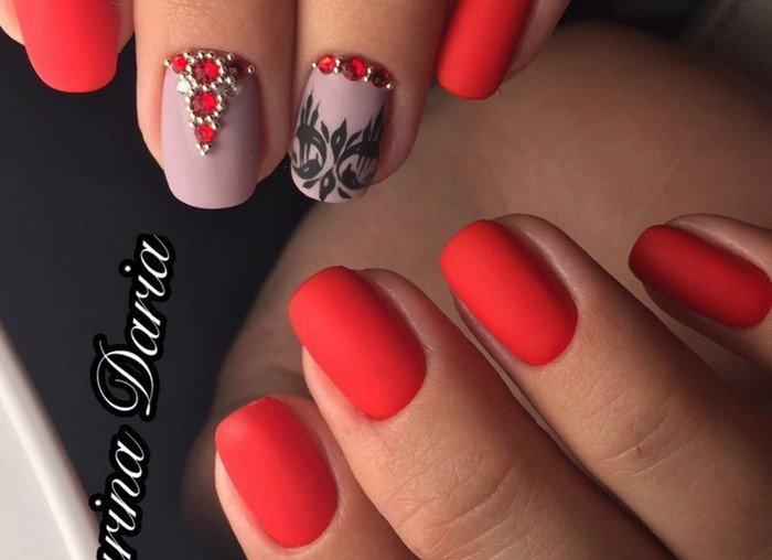 красные матовые ногти с черными вензелями