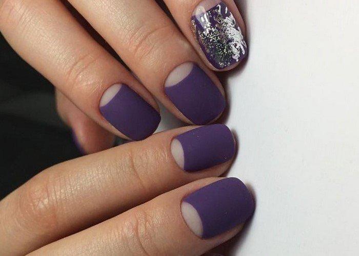 матовые фиолетовые ногти с серебряным дизайном