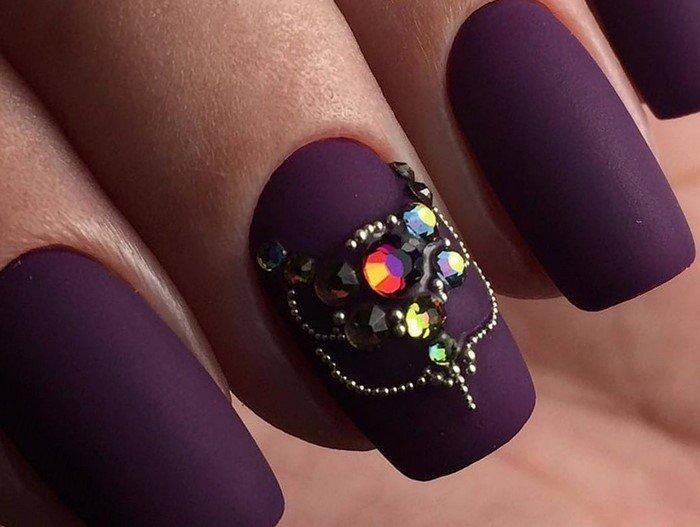 фиолетовые матовые ногти с яркими стразами