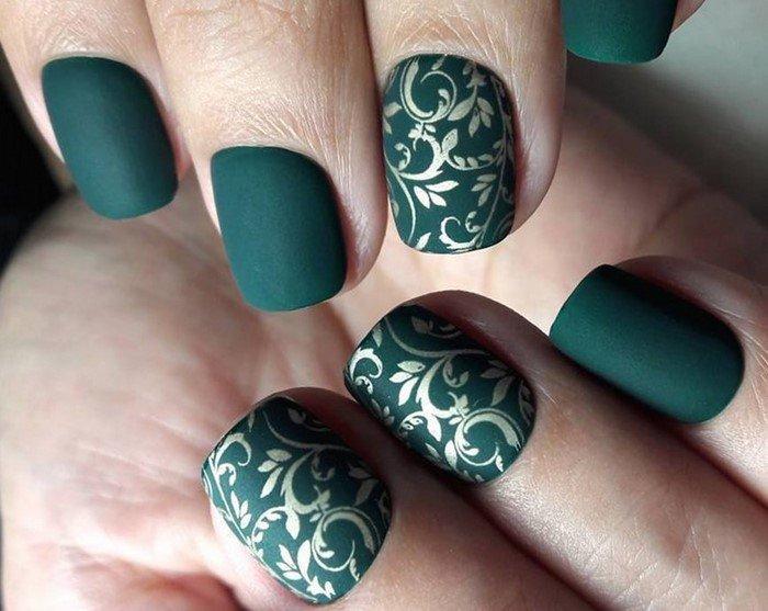красивые зеленые матовые ногти со слайдерами