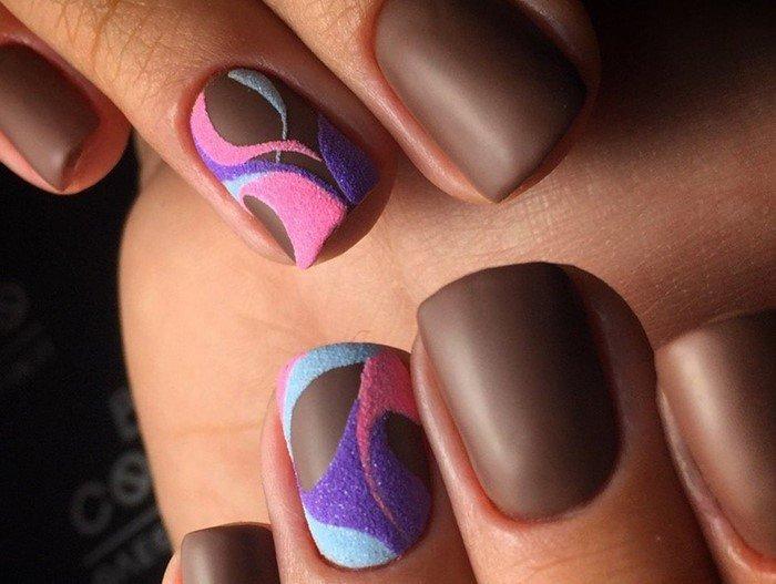 матовые шоколадные ногти с вензелями