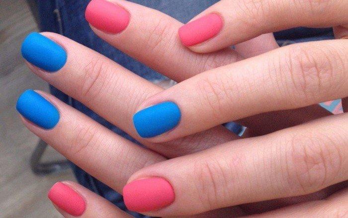 короткие розовые матовые ногти