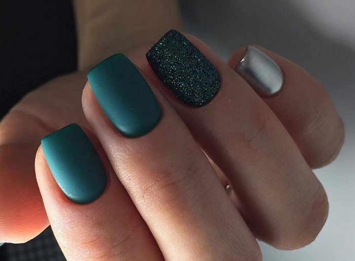 зеленые ногти с матовой посыпкой
