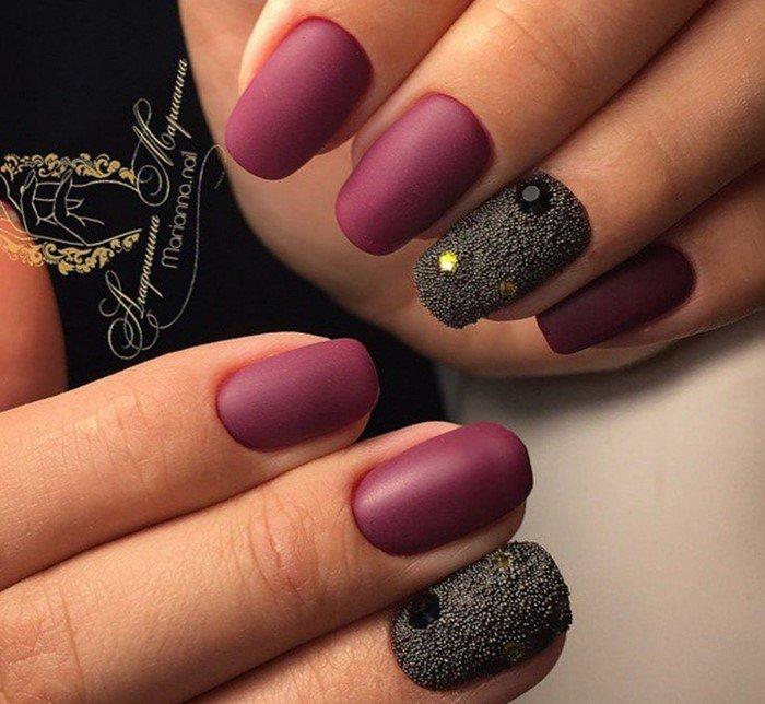 бордовые матовые ногти с посыпкой