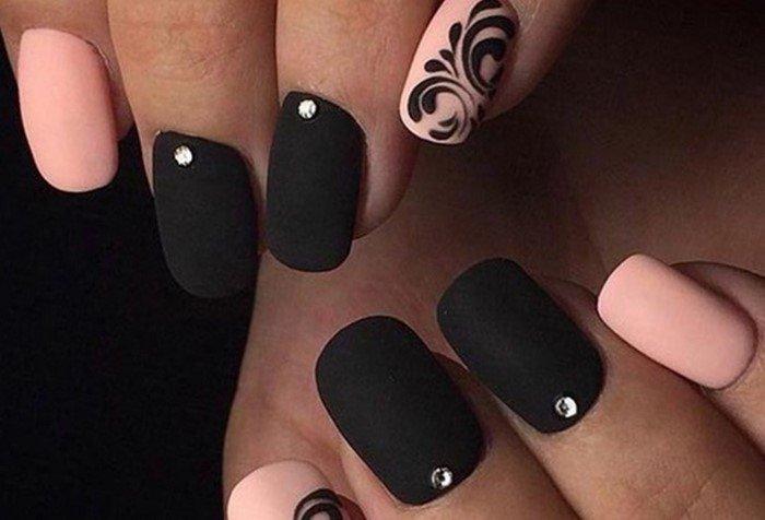 матовые черные ногти с одной стразой