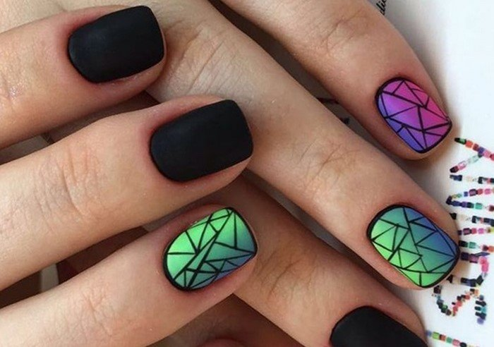 черные матовые ногти с ярким дизайном