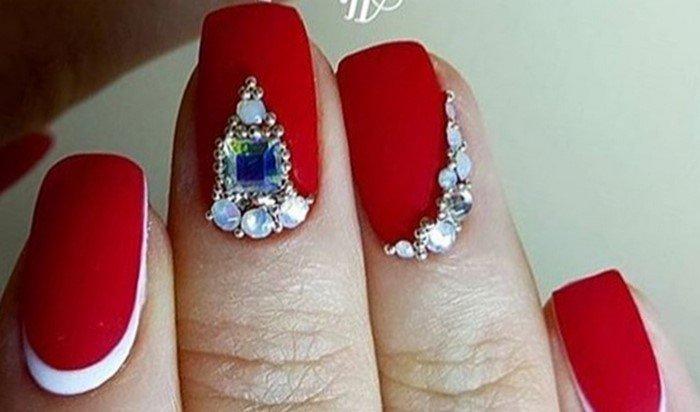 красные матовые ногти с синей стразой