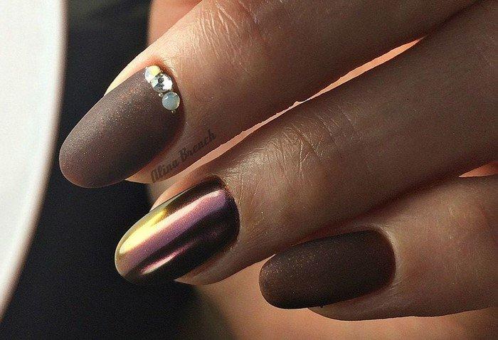 коричневые матовые ногти с посыпкой