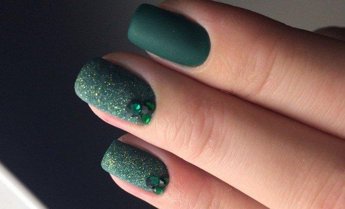 матовые зеленые ногти с посыпкой и стразами