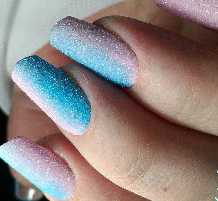 матовое розово-голубое омбре на ногтях