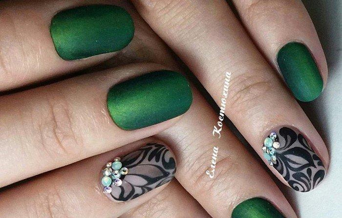 матовые зеленые ногти с черным рисунком