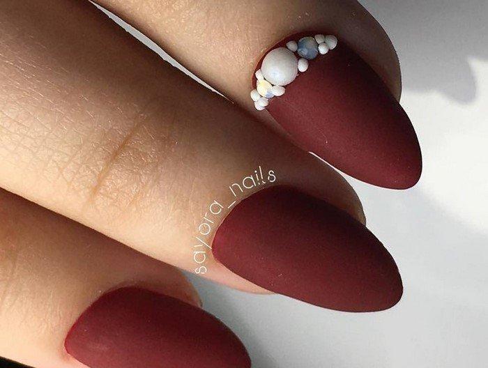 бордовые матовые ногти со стразами