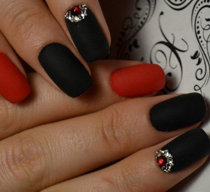 черные матовые ногти со стразами