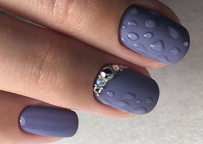 матовые ногти с глянцевыми каплями