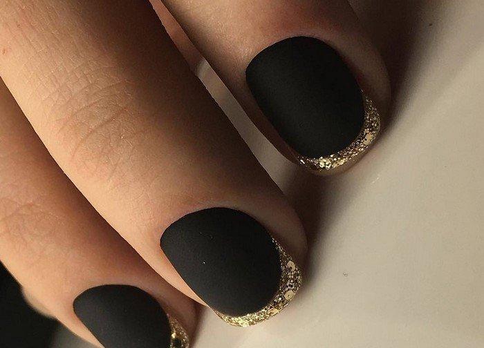 черные матовые ногти с золотым дизайном