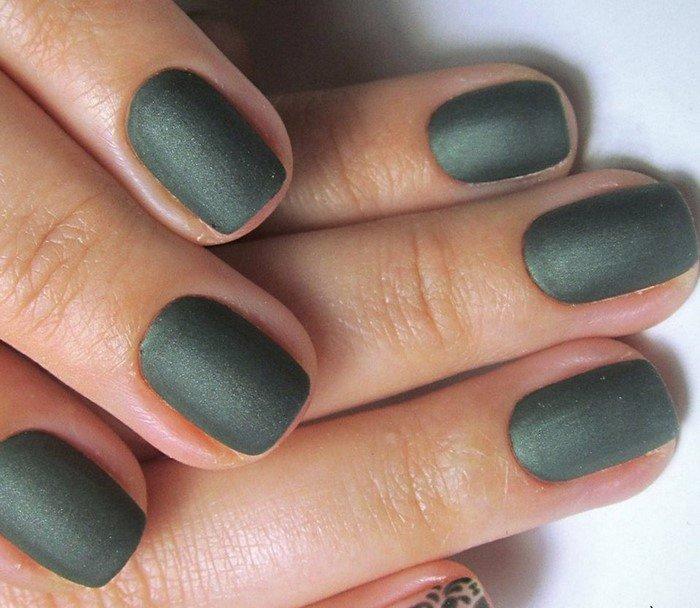 темно зеленый матовый маникюр