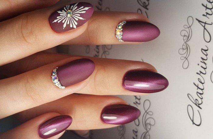 боррдовые ногти матовые со звездой