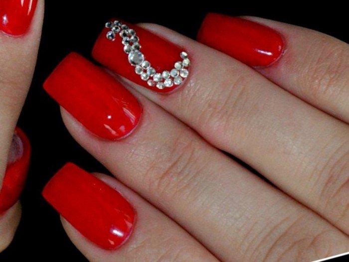 квадратные красные ногти со стразами
