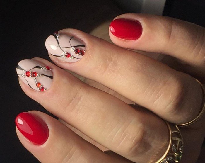 красные ногти с рисунком и красными стразами