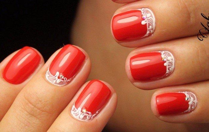 красные ногти со стразами и вензелями