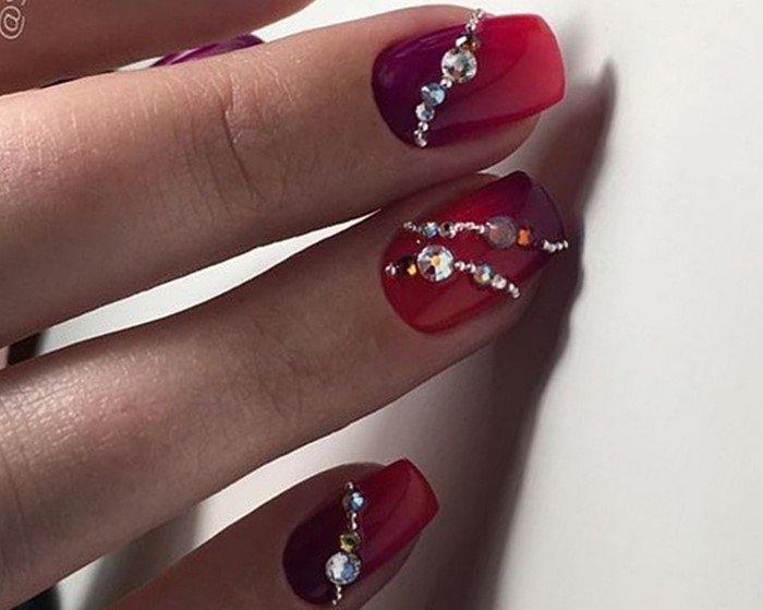 красное омбре на ногтях со стразами