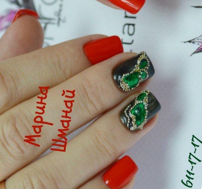 красно зеленые ногти со стразами