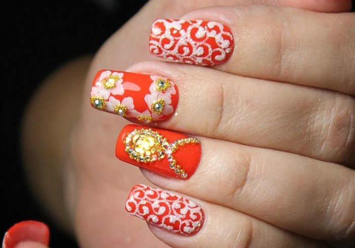 красные ногти с вензелями стразами и цветами