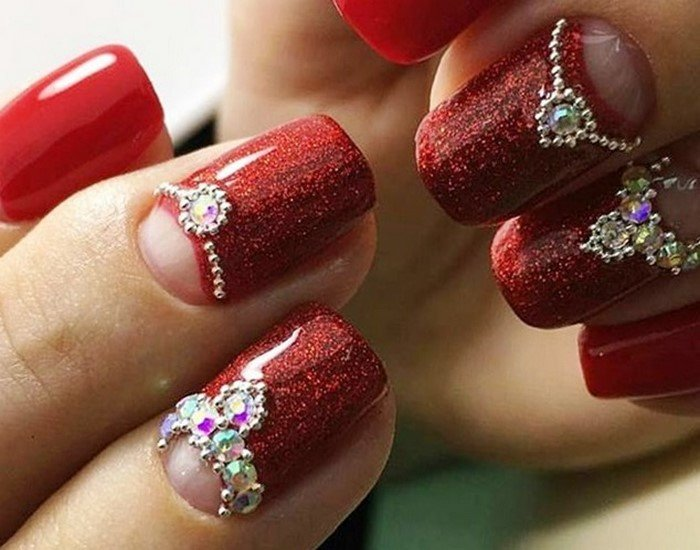 перламутровые красные ногти со стразами