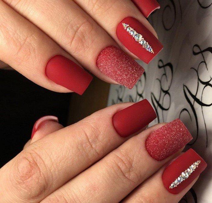 Матовые красные ногти со стразами