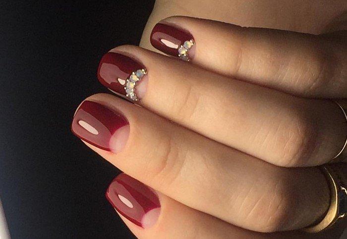 красно бордовые ногти со стразами