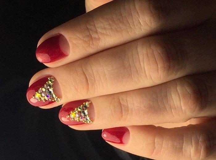 золотистые стразы красные ногти