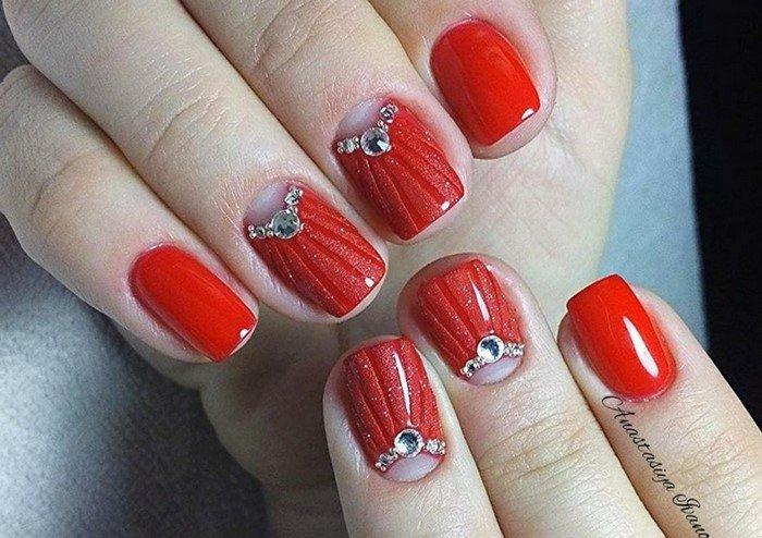 матово глянцевые ногти со стразами у лунки