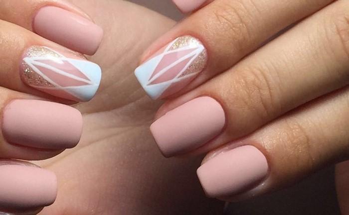 розовые ногти с белым рисунком