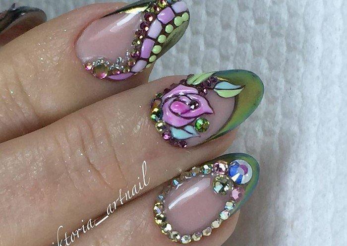 цветок со стразами на ногтях