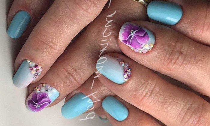 голубые ногти с фиолетовыми цветами
