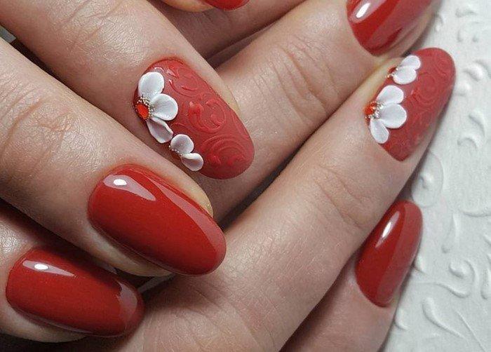 красные ногти с белой лепкой