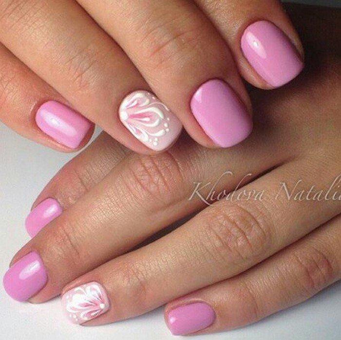 розовые ногти с белым цветком