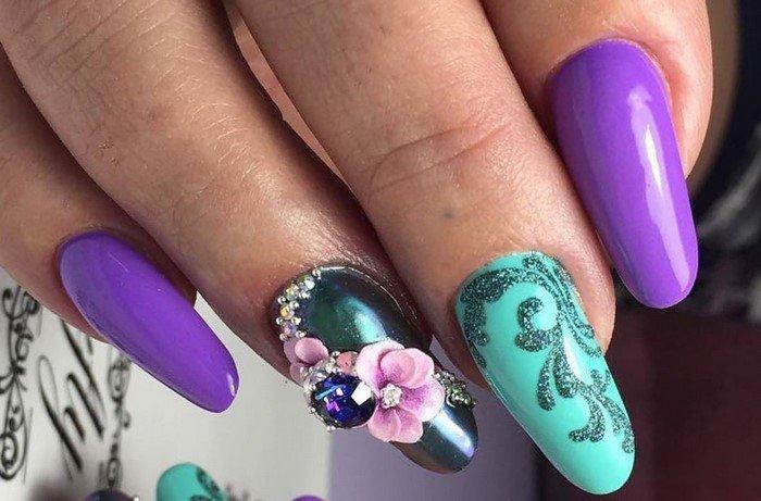берюзовые ногти с розовым цветком