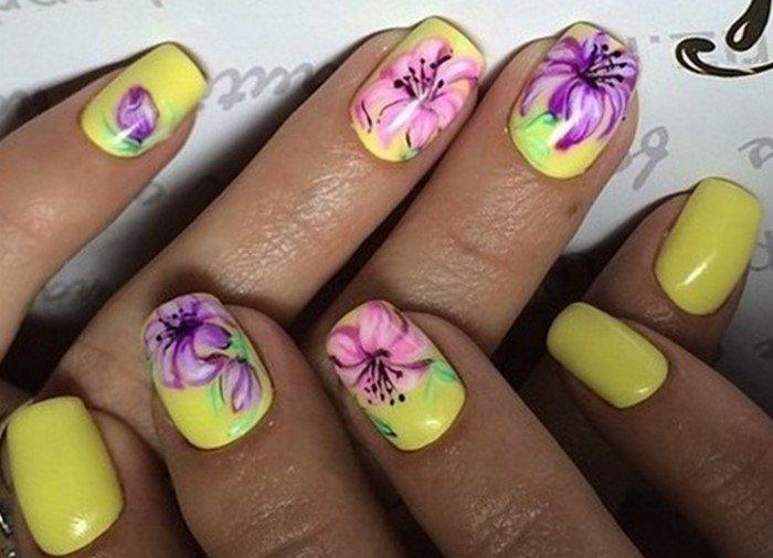 желтые ногти с яркими цветами