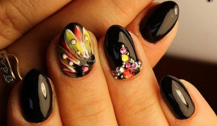 черный ноготь с ярким цветком