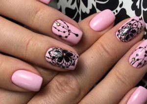 черный цветок на розовом фоне