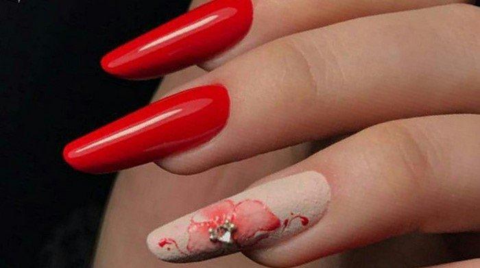 красные ногти с матовым цветком