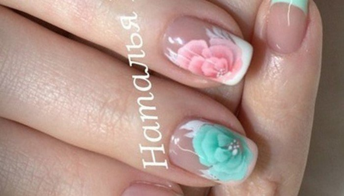 френч на ногтях с разноцветным цветком