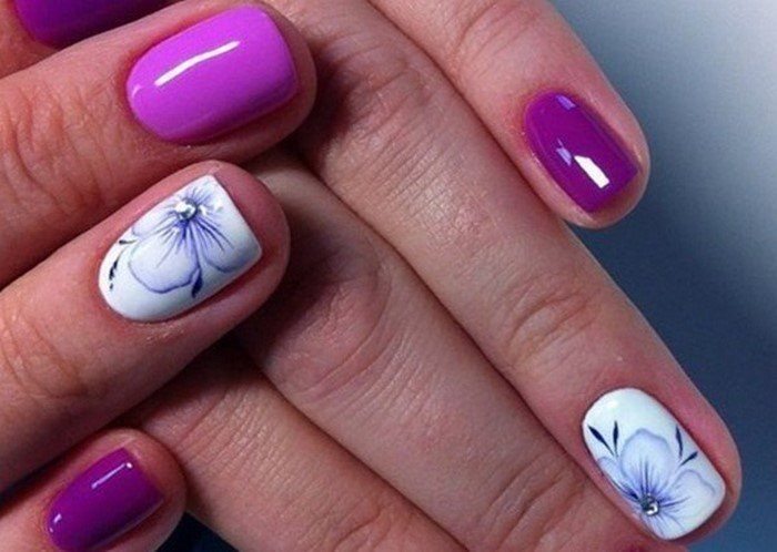 фиолетовые ногти с белым цветком