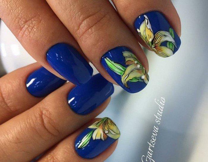 синие ногти с цветком