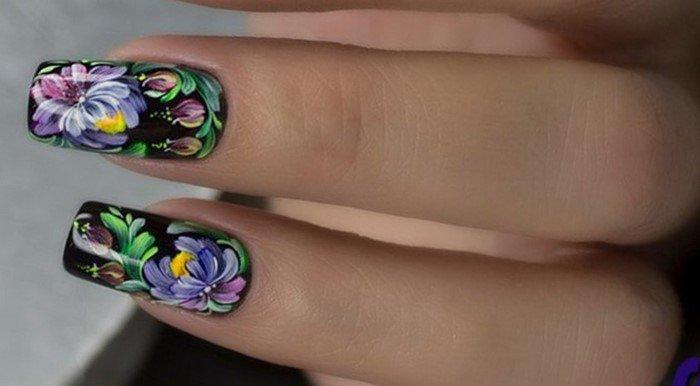 черные ногти с яркими цветами