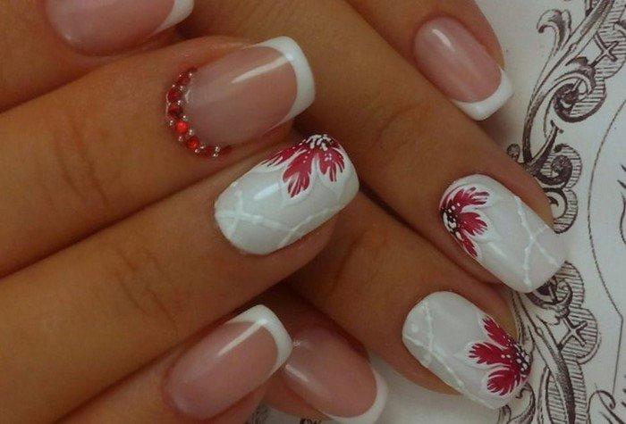 белые ногти с красным цветком