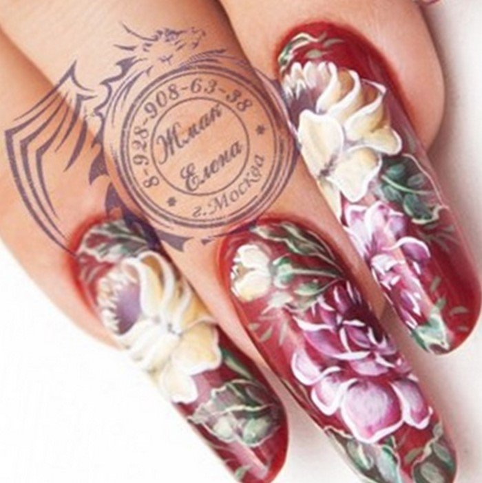 бордовые ногти с цветами жостово